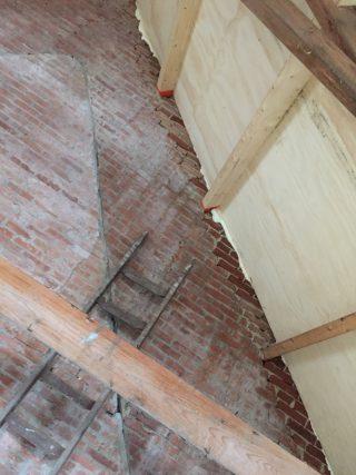Pakhûs muur oostzijde, met 3 bouwlagen,