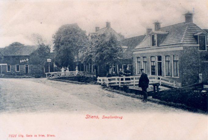 Stiens Smallenbrug, 1903. Uitgever: Gaele de Vries, Stiens, nr. 7626. Archief: Documentatiestichting Leeuwarderadeel (Stiens).