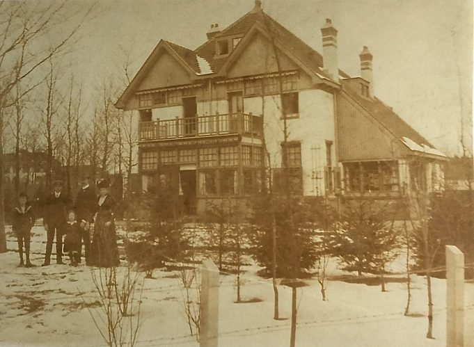 Villa naast het Sanatorium 'Crailo' in Hoog-Laren, ca. 1908. v.l.n.r. Watze, Doekele, Tjitske en Ype en Jetske Terpstra. Archief W.Y. Sijtsema (kleinzoon Ype Terpstra/Jetske Terpstra-Abma).