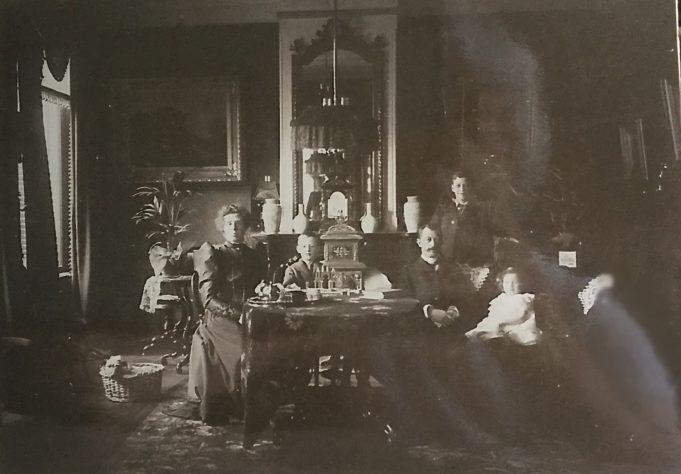 Het gezin Terpstra - Abma in de woonkamer in Hoog-Laren met de kinderen Watze, Doekele en Tjitske. ca. 1906. Archief W.Y. Sijtsema (kleinzoon Ype Terpstra/Jetske Terpstra-Abma).