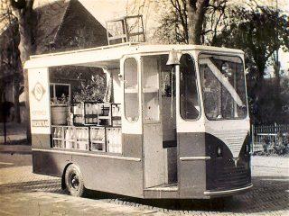 Yde Zijlstra nam het bedrijf over. Hij ging op pad met de elektrische bezorgingen gebouwd door Spijkstaal, carrosserie van de Groot uit Stiens. In 1970 kwam de SRV-wagen. Foto. 1962.