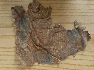 Behang, bruin, in een diagonaal repetitief patroon