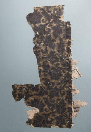 Behang, met donker bladmotief en goudkleurige arceringen als achtergrond