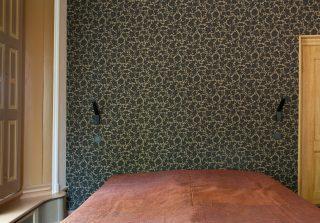 Behang aangebracht in slaapkamer, reconstructie
