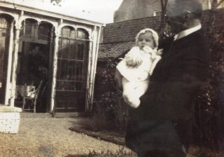 Dokter Hendrik Hooghoudt met kleindochter Minnie