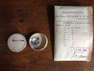 Gewichtjes behorend bij milligrambalans met envelop. Geverifiëeerd en voldoende  bevonden, IJkkantoor Arnhem 2 januari 1967. Schenking: W. Bosma-Ollemans.