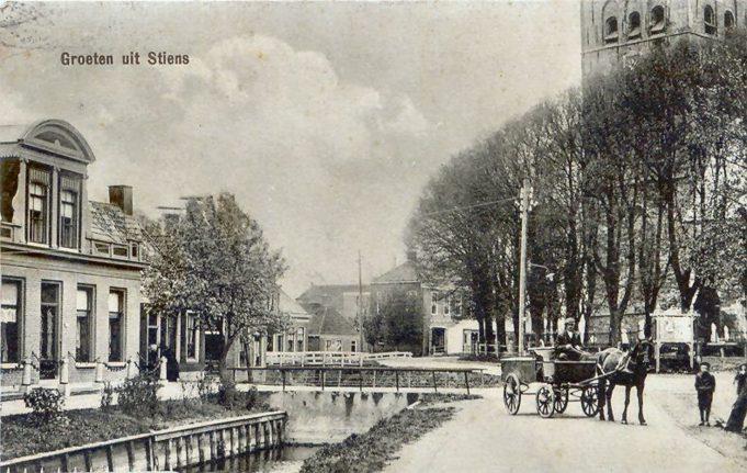 'Groeten uit Stiens', links het Doktershûs op Smelbrêge, ca. 1910.
