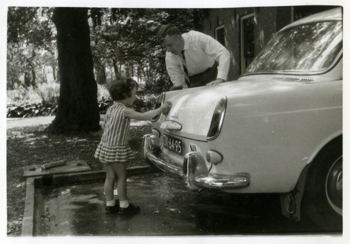 Dokter Bosma bezig op de autowasplaats